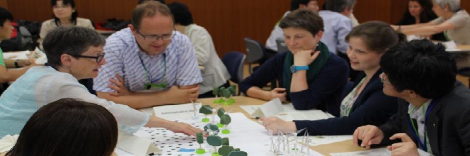 ゼミで開発した「風力発電合意形成ゲーム」の一場面。参加者は風力発電立地に関わるステークホルダーとなり、合意を目指していく。