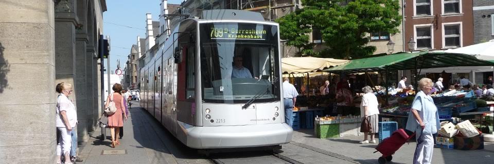ドイツ・ノイス市の中心市街を通るトラム。撤去か存続かを巡る長年の係争を市民参加で解決。
