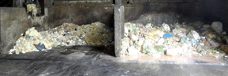 札幌市白石区リサイクル工場。せっかく集めたのに、飲み残しやたばこの吸い殻の混入など不適切分別で再資源化できないもの。